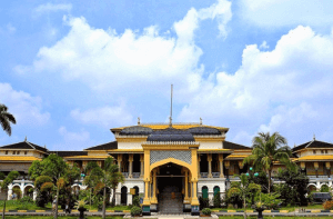 Tempat Traveler Istana Maimun